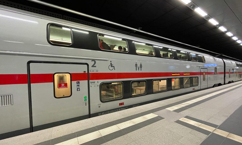 Intercity 2 am Hauptbahnhof Berlin